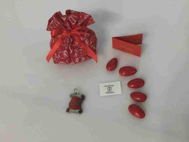 sacchettino-con-ciondolo-pergamena-laurea-smaltata-in-argento-tabor-18001